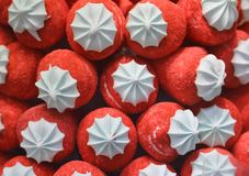 Красные клубники сделанные с красочным сахаром для продажи в магазине конфеты стоковые изображения