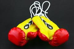Красные кожаные изолированные перчатки бокса, предпосылка перчаток бокса, популярный спорт для бойца Стоковые Фотографии RF