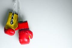 Красные кожаные перчатки бокса, предпосылка перчаток бокса, популярный спорт для бойца Стоковое Фото