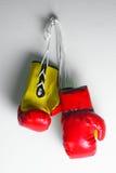Красные кожаные перчатки бокса, предпосылка перчаток бокса, популярный спорт для бойца Стоковые Изображения