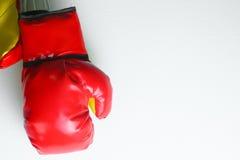Красные кожаные перчатки бокса, предпосылка перчаток бокса, популярный спорт для бойца Стоковая Фотография