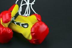 Красные кожаные перчатки бокса, предпосылка перчаток бокса, популярный спорт для бойца Стоковое фото RF