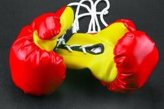 Красные кожаные перчатки бокса, предпосылка перчаток бокса, популярный спорт для бойца Стоковые Фотографии RF