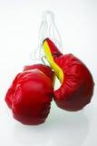 Красные кожаные перчатки бокса, предпосылка перчаток бокса, популярный спорт для бойца Стоковое Изображение RF