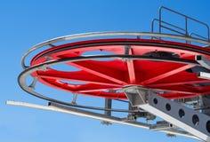Красные колесо или sheave шкива на предпосылке голубого неба стоковые изображения rf