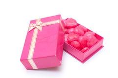 Красные конфеты сердца в коробке на день валентинки Стоковое Фото