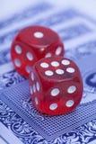 Красные косточки на играя карточках Стоковое Изображение RF
