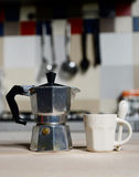 Красные кофейная чашка и кофейник года сбора винограда на плите кухни Стоковое Фото