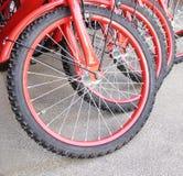 Красные колеса велосипеда на конкретном цементе Стоковое Фото