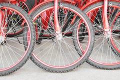 Красные колеса велосипеда на конкретном цементе Стоковые Фото