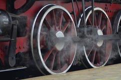 Красные колеса поезда пара стоковые изображения rf