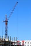 Красные кран и часть здания под конструкцией Стоковое Фото