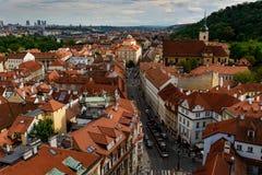 Красные крыши и вид на город в Праге взгляд городка республики cesky чехословакского krumlov средневековый старый стоковые фотографии rf