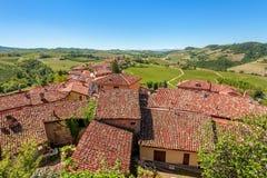Красные крыши и зеленые холмы в Пьемонте, Италии. Стоковые Фото
