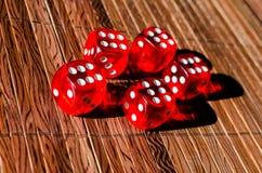 Красные кубы кости Стоковые Изображения