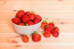 Красные клубники в шаре на деревянном столе Селективный фокус Стоковое Фото