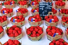 Красные клубники на рынке фермеров в славной Франции Стоковая Фотография
