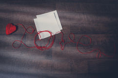Красные клубоки в форме сердца и текста любят Стоковые Изображения RF