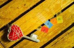 Красные ключ сердца и алфавит влюбленности стоковая фотография rf