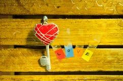 Красные ключ сердца и алфавит влюбленности стоковое фото