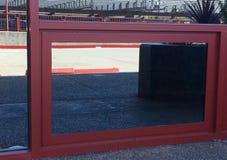 Красные линии вертикальные и горизонтальная отраженная в окне обрамленном в красном цвете Стоковые Изображения