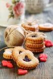 Красные марципан сердец и печенье Linzer. Стоковые Изображения RF