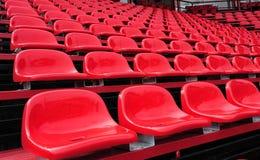 Красные места в стадионе стоковое фото rf