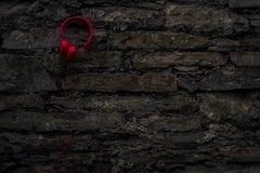 Красные наушники на стене Стоковая Фотография RF