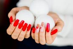 Красные ногти украшенные для вашего фантастического рождества Стоковое Изображение
