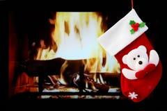 Красные носок и камин рождества в комнате Стоковые Изображения RF