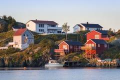 Красные дома на острове Hamnoy, островах Lofoten, Норвегии Стоковая Фотография