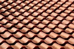 Красные оранжевые плитки глины на картине крыши Стоковые Фото