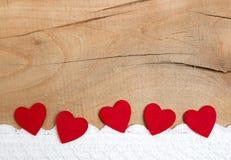 Красные орнаментальные сердца на деревянной предпосылке для рождества, anni Стоковое фото RF