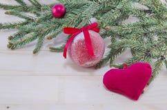 Красные орнаменты рождества и ель Стоковые Фото