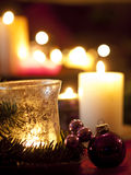 Красные орнаменты шарика рождества с горящими свечами (малой глубиной Стоковое Изображение