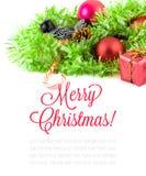 Красные орнаменты xmas и дерево xmas на белой предпосылке Карточка с Рождеством Христовым зима снежка положения праздников мальчи Стоковое Фото