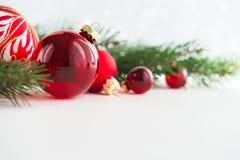 Красные орнаменты xmas на деревянной предпосылке Карточка с Рождеством Христовым Стоковые Изображения RF