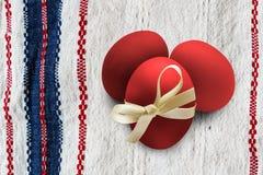 Красные пасхальные яйца на ткани Стоковое фото RF