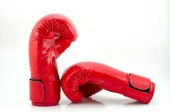 Красные перчатки бокса изолированные на белой предпосылке Стоковые Изображения