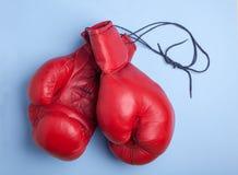Красные перчатки бокса изолированные на голубой предпосылке Стоковые Фотографии RF