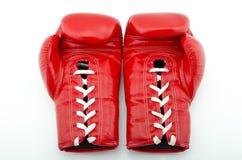 Красные перчатки бокса на белой изолированной предпосылке, Стоковые Фотографии RF