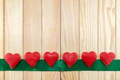 Красные печенья рождества в форме сердца Стоковые Фотографии RF