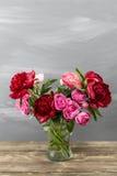 Красные пионы в вазе Ретро введенное в моду фото Конец-вверх Стоковые Изображения RF