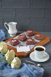 Красные пирожные, чашка кофе и розы бархата с украшениями на день валентинок Стоковые Фотографии RF