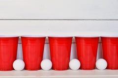 Красные пластичные выпивая чашки Стоковое Изображение