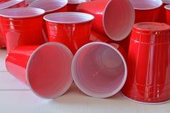 Красные пластичные выпивая чашки Стоковая Фотография