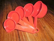 Красные пластичные измеряя шары стоковая фотография rf