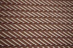 Красные плитки которые покрывают крышу стоковая фотография rf