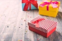 Красные подарочные коробки на деревянной предпосылке Стоковые Изображения RF