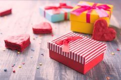 Красные подарочные коробки на деревянной предпосылке Стоковые Изображения